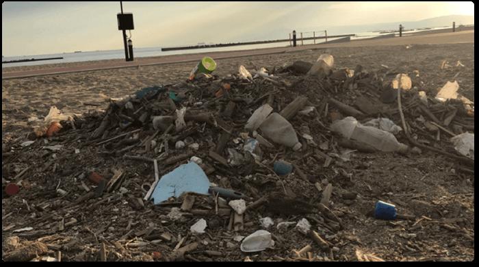 砂浜に放棄されたゴミ