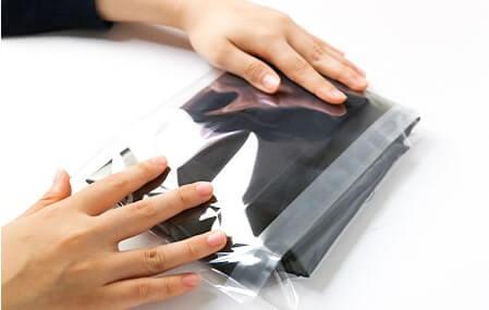 フタ側テープに小さいものを入れてもこのようにコンパクトに包装可能です。